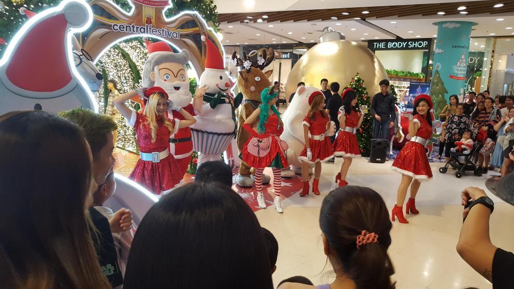 Tree Central Mall 2019 Santas helpers.jpg