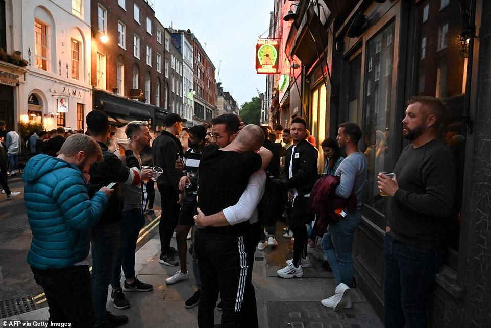 30397360-8490751-Plenty_of_revellers_were_seen_embracing_including_these_two_pub_-a-90_1593911048558.jpg