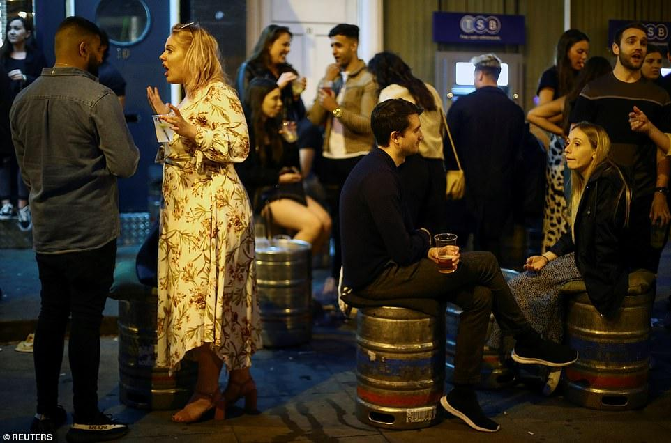 30401532-8490751-Revellers_in_Clapham_in_London_used_beer_kegs_as_seats_as_they_e-a-5_1593930305784.jpg