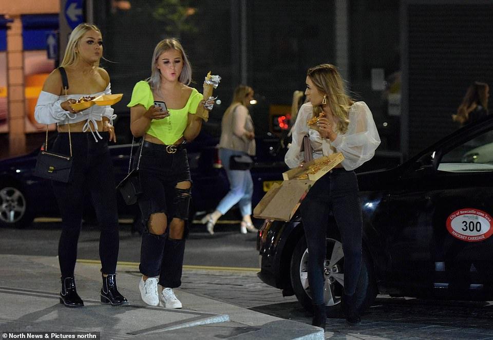 30408828-8490751-Women_eat_takeaways_in_Newcastle_which_last_night_saw_crowds_of_-a-52_1593964008988.jpg